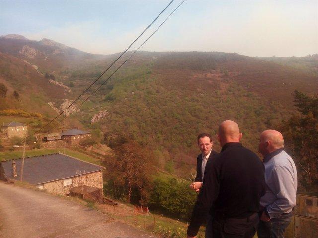 Guillermo Martínez visita la zona afectada por un incendio en Illano.