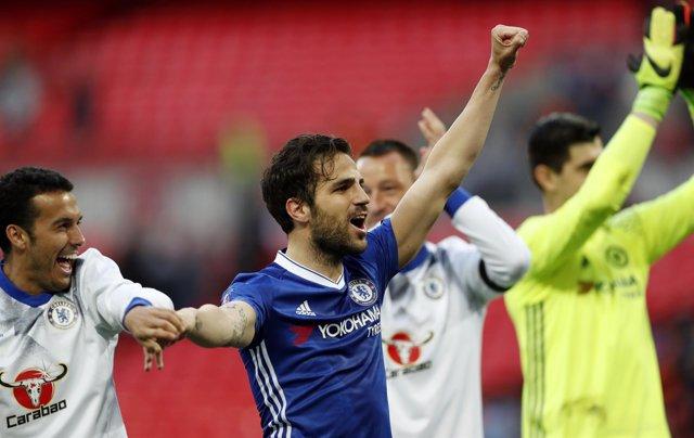 Cesc Fábregas y Pedro celebran el pase del Chelsea a la final de la FA Cup