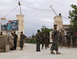 El Gobierno afgano declara mañana día de luto por la masacre en la base de Mazar i Sharif