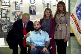 Trump visita a los militares convalecientes en el hospital militar Walter Reed acompañado de la primera dama