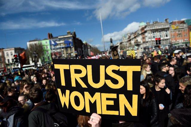 Un grupo de irlandeses se manifiestan a favor de una ley del aborto más liberal.