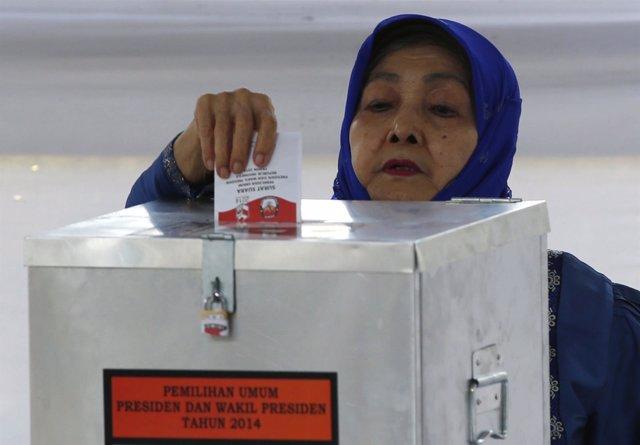 Una mujer indonesia vota en las elecciones presidenciales.