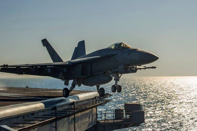 Caza F/A-18E Super Hornet despega del portaaviones 'USS Carl Vinson'.