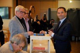 Hamon, candidato socialista, vota en las elecciones presidenciales de Francia