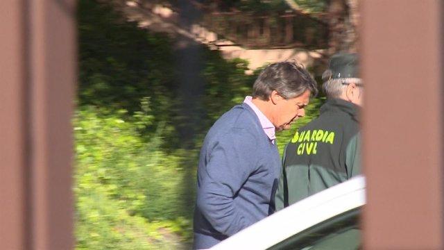 Pablo González, hermano de Ignacio González, saliendo de los calabozos