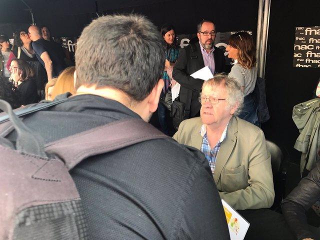 El escritor Ian Gibson firmando libros por Sant Jordi en Barcelona