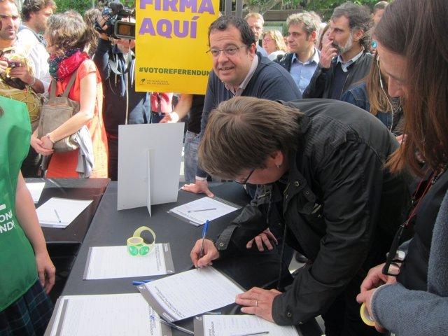 Joan Ignasi Elena recoge firmas por el Pacte pel Referéndum