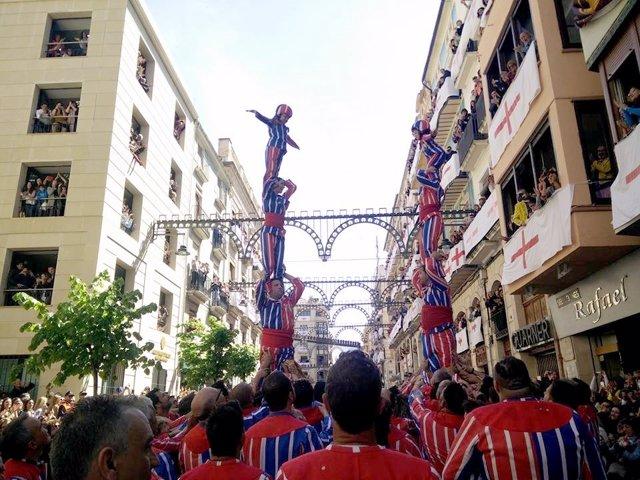 La muixeranga ha llenado de color las calles de Alcoi