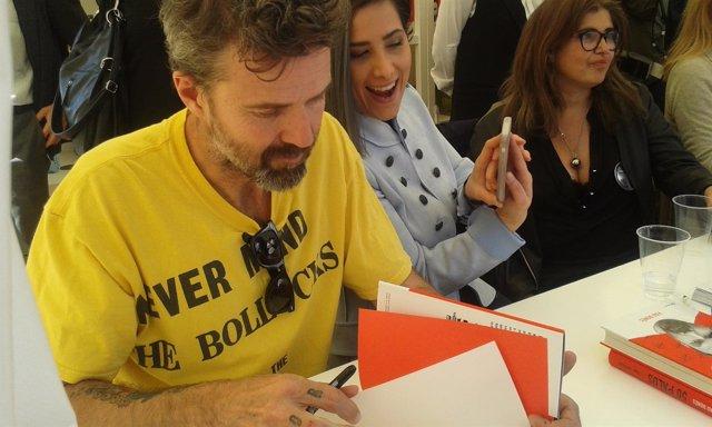 El cantante Pau Donés firma libros este Sant Jordi