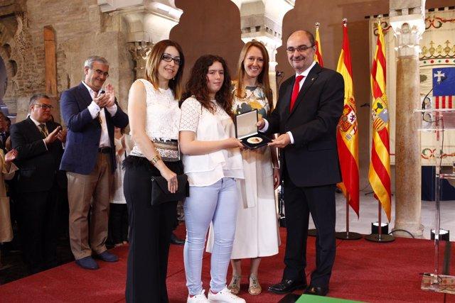 Lambán entrega el premio a la comunidad educativa de Alpartir