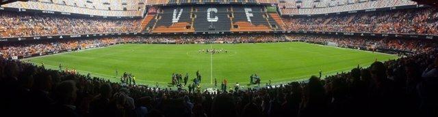 El campo se ha llenado en un encuentro de fútbol femenino