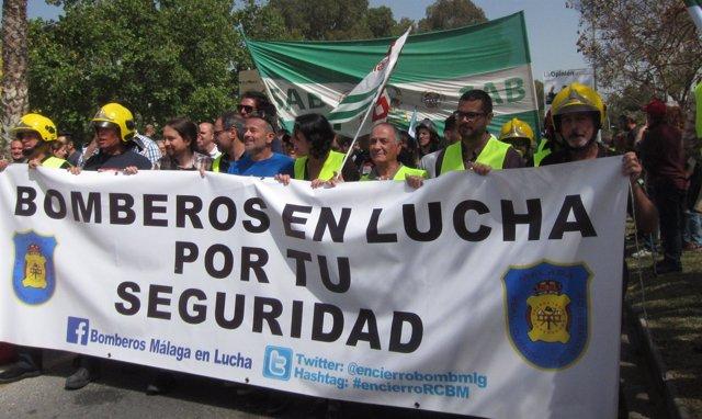 Pablo Iglesias en la manifestación de los bomberos de Málaga