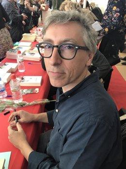 David Trueba firma libros este Sant Jordi en Barcelona