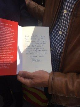 Dedicatoria del libro de Patxi López a Pedro Sánchez por Sant Jordi