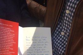 Sant Jordi.- Patxi López y Miquel Iceta firman sus dos libros para Pedro Sánchez