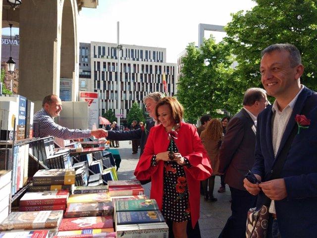 Mayte Pérez visita los puestos de libros