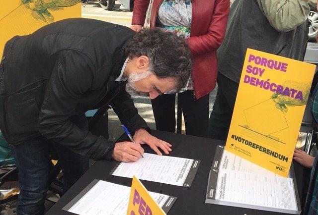 Jordi Cuixart (Òmnium) firma el manifiesto del Pacte pel Referèndum