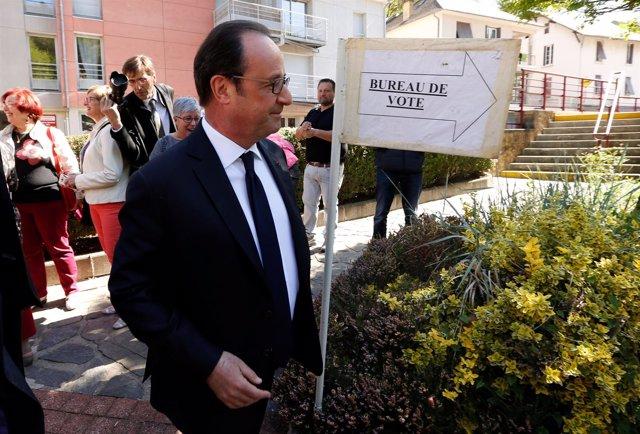 François Hollande acude a votar