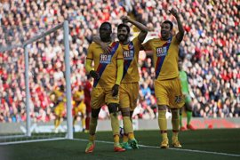 Benteke se venga del Liverpool y el United derrumba al Burnley