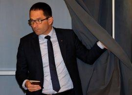 El candidato socialista pide el voto para Macron