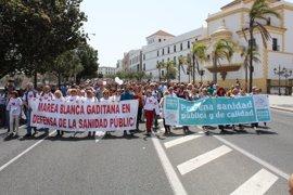"""La Marea Blanca gaditana vuelve a reivindicar una """"sanidad de calidad"""" con una nueva marcha en Cádiz"""