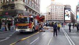 El incendio en un edificio de alquiler de apartamentos en Gran Vía está confinado en la azotea