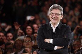 """El Partido Socialista reprocha a Mélenchon que no llame a sus votantes a """"batir"""" a Le Pen"""