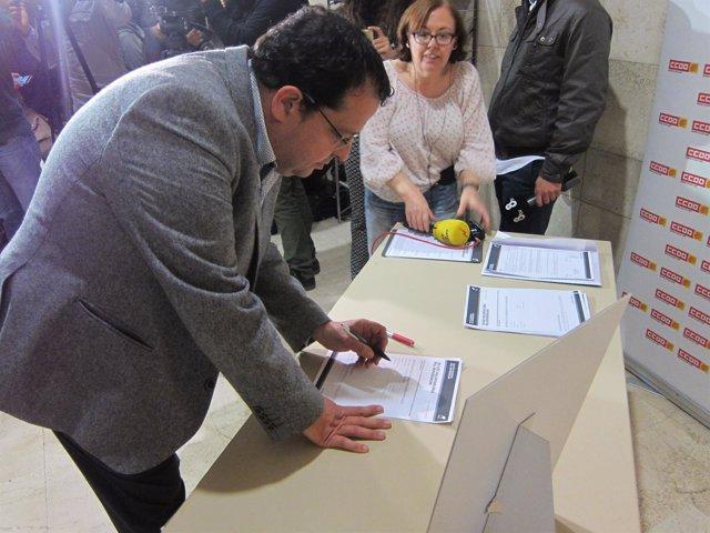 Joan Ignasi Elena se inscribe como voluntario para recoger firmas