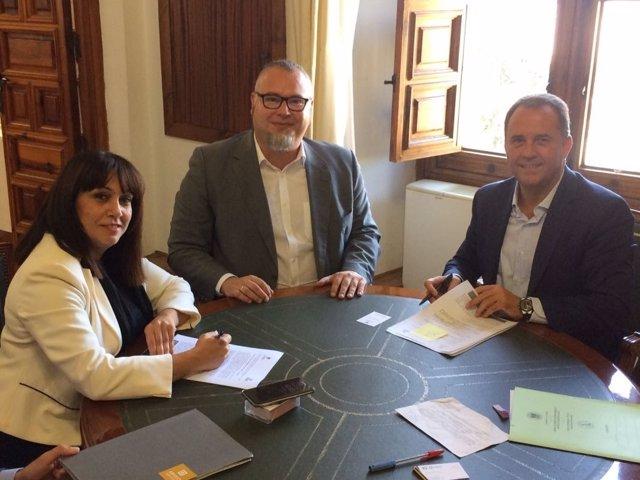 Mª del Mar Holgado y Julián Martín firman un convenio entre Abades y la UGR.