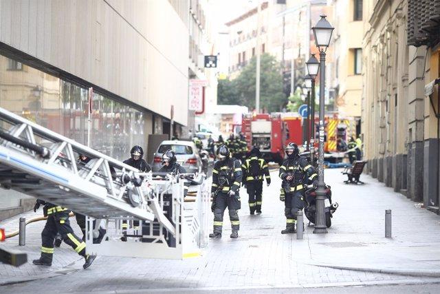 Aparatoso incendio en un edificio de alquiler de apartamentos en la Gran Vía
