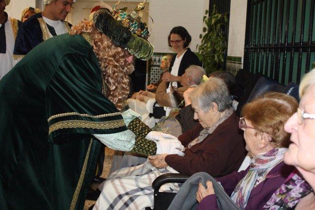 Los Reyes Magos visitan las residencias de ancianos.
