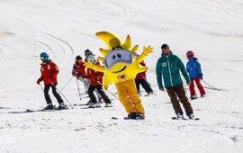 """Turismo valora """"la gran temporada"""" de Sierra Nevada con 955.000 esquiadores"""