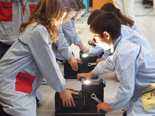 Estudiantes participando en el programa PlayEnergía