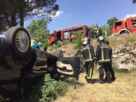 Muere una mujer al caer su coche por un terraplén desde una carretera