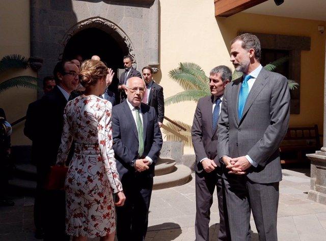 Los Reyes junto al presidente del Gobierno de Canarias y de Gran Canaria