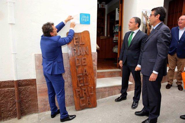 Elias Bendodo entrega placa Sabor a Málaga a La Curraca