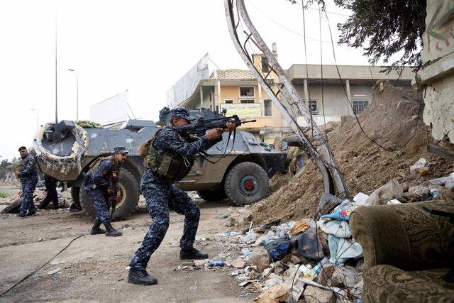 Un miembro de la Policía Federal iraquí dispara contra Estado Islámico