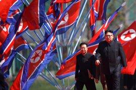 Corea del Norte lleva a cabo maniobras con fuego real en el aniversario de su Ejército