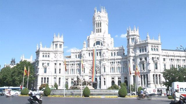 La bandera del Orgullo Gay, en el Ayuntamiento de Madrid
