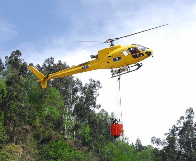 Un helicóptero, en labores para extinguir un incendio forestal