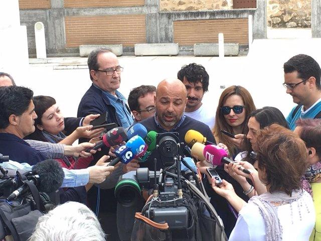Molina atiende a los medios