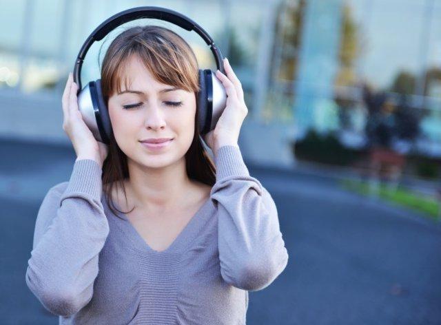 Música, jóvenes y auriculares, audición