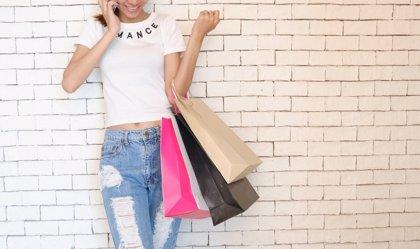 Casi la mitad de las españolas confiesa comprar moda en el supermercado, según un estudio