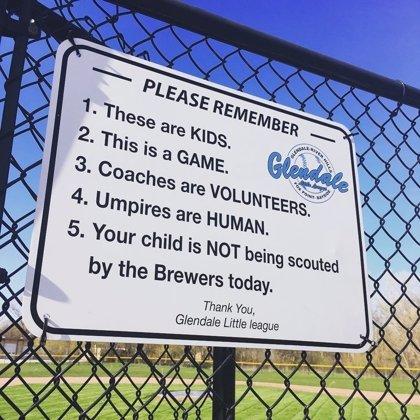 """Un cartel recuerda a padres y aficionados del deporte: """"Son niños. Esto es un juego"""""""