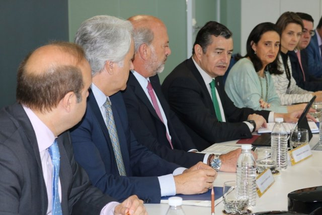 En el centro, el delegado del Gobierno en Andalucía, Antonio Sanz.