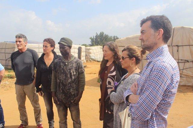 Maíllo (IU) visita campamentos chabolistas de trabajadores de la fresa en Lepe