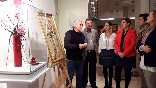 Paco Torreblanca, primero por la izquierda, explica su obra