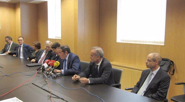 Sáez Aguado y junto al director del Carlos III y miembros del Centro en Red