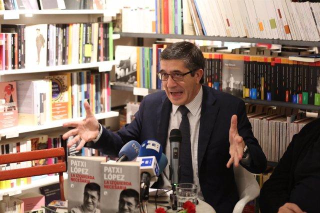 El aspirante a la secretaría general Patxi López presenta su libro