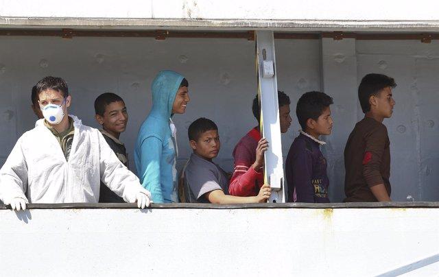 Inmigrantes menores de edad desembarcan en Italia